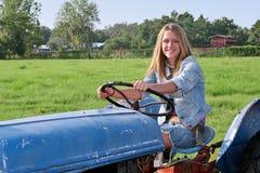 驱动女孩拖拉机 免版税图库摄影