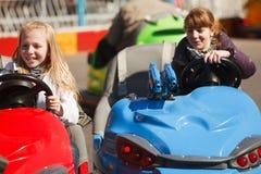 驱动女孩的碰撞用汽车少年 库存图片