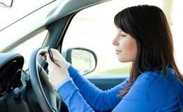 驱动女孩移动电话青少年使用 库存照片