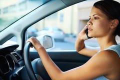 驱动电话妇女 免版税库存图片