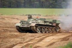 驱动越野风景坦克 库存照片