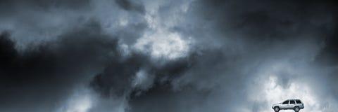 驱动通过多暴风雨的天气的Suv 库存照片