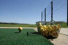 驱动高尔夫球范围 免版税库存图片