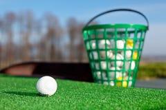 驱动高尔夫球范围的球 免版税库存照片