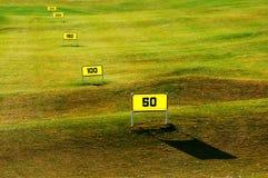 驱动高尔夫球范围的路线 免版税库存照片