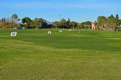 驱动高尔夫球范围 免版税库存照片