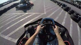 驱动去kart的树司机, Karting从司机的视图摄制了, 股票视频