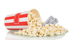 驱散了玉米花装箱和电影票,在白色 库存照片