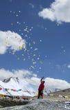 驱散佛教祷告板料的人在Tangangla传递方式到Leh Kalachakra节日 库存照片