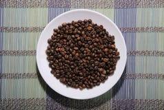 驱散在板材的咖啡豆 免版税库存照片