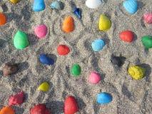 驱散在沙子的色的壳 免版税图库摄影