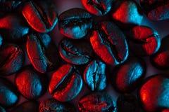 驱散背景的咖啡豆阐明与氖 免版税库存照片