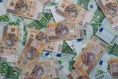驱散100张欧洲和200张PLN钞票 波兰和欧洲货币 免版税库存照片