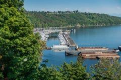 驳船和小游艇船坞 免版税库存图片