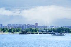 驳船和小船在河 免版税库存图片