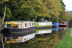 驳船和居住船沿近运河停泊了hebden桥梁 库存图片
