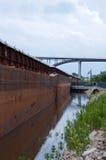 驳船和桥梁在圣保罗 免版税库存照片