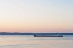驳船在日落之后的河伏尔加河漂浮 桃红色天空 城市切博克萨雷 楚瓦什人共和国 俄国 05/11/2016 免版税库存照片
