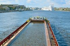 驳船在河漂浮 免版税库存照片