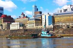 驳船在纽约收集垃圾 库存图片