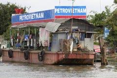 驳船浮动的汽油越南 免版税库存图片