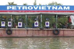 驳船浮动的汽油越南 库存照片
