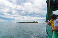 驳船的游人在弗雷泽岛从Inskip的交叉点指向路弗雷泽岛海滩在昆士兰,澳大利亚 免版税库存图片