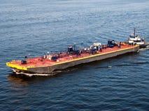 驳船被推进的拖轮 免版税库存照片