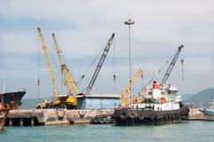 驳船起重机 免版税库存图片