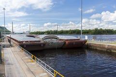 驳船输入的锁和水坝 免版税库存照片