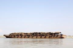 驳船运载的日志 库存照片