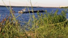 驳船移动朝水坝 股票视频