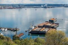 驳船临近塔科马港  免版税库存照片