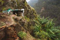 驴在减少谷仓nesteled入山腰 圣安唐岛的佛得角岩石地形 免版税图库摄影