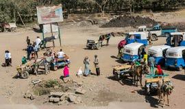 驴推车和出租汽车在路一边 免版税库存图片