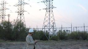 驻防有加工图的技术主任在核发电站 白色盔甲的工作者与工程学 影视素材