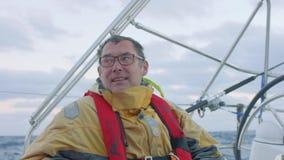 驾游艇者与驾驶舱beafore日落的其他驾游艇者抽烟并且聊天 股票录像
