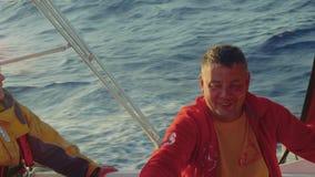 驾游艇者是在自动驾驶仪控制的游艇的水手早晨四至八时的守望 影视素材