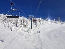 驾空滑车和足迹在滑雪胜地 免版税库存图片