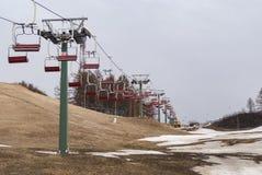 驾空滑车和sprin滑雪小山 库存照片