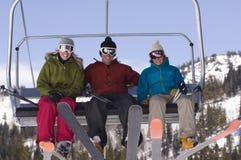 驾空滑车的愉快的滑雪者 免版税库存照片
