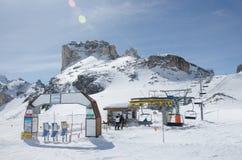 驾空滑车的美丽的景色在3月, Cervinia在意大利和瑞士的边界的滑雪胜地 免版税库存图片