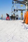 驾空滑车的滑雪者在倾斜 库存图片