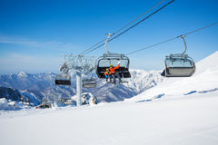 驾空滑车索道冬天手段的滑雪者 库存图片