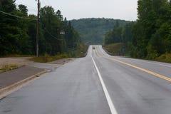 驾车在一条湿路 免版税库存照片