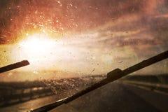 驾车在与强光的多暴风雨的天气 库存图片
