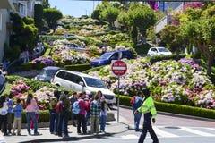 驾车在伦巴第街道下在旧金山,加州- 2013年7月13日 免版税库存照片