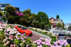 驾车在伦巴第街道下在旧金山,加州- 2013年7月13日 图库摄影