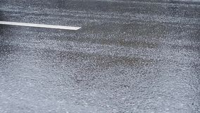 驾车在多雨天气的都市路 股票视频