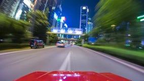 驾车在街道上高速,追上其他汽车 免版税图库摄影
